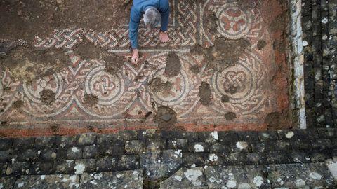 Im Zentrum ist das Mosaik beschädigt, an den Rändern ist es besser erhalten.