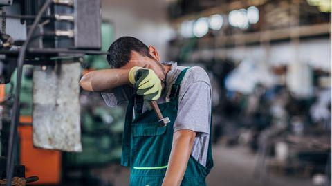 Ein Arbeiter steht in einer Produktionshalle