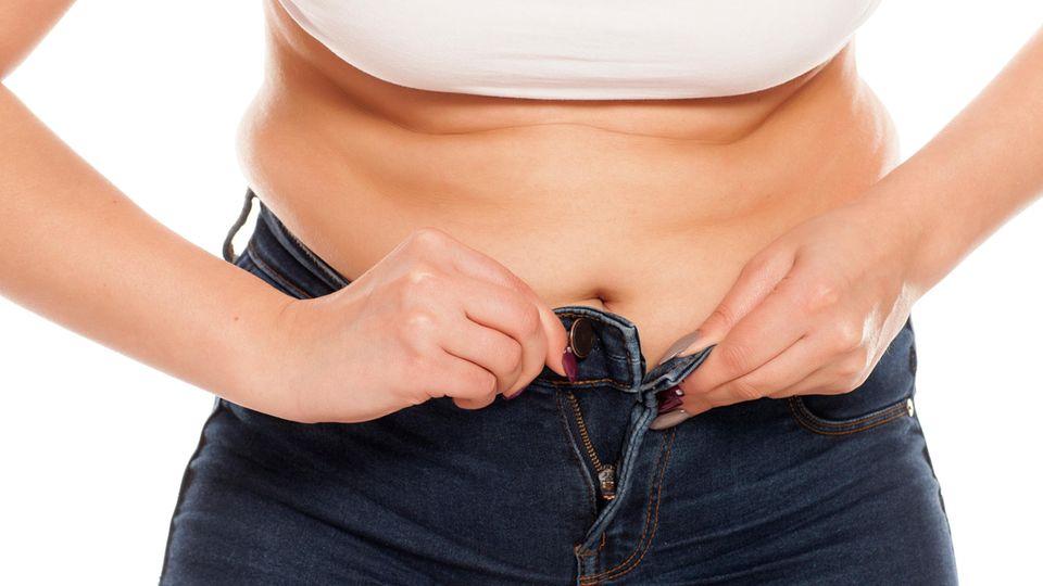 Bauchweg-Hosen gibt es für Frauen und Männer
