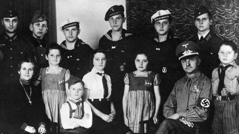 Das Ehepaar Reichel aus Sachsen mit ihren zwölf Kindern. Die Mutter trägt das goldeneMutterkreuz. Aufgenommen 1943.