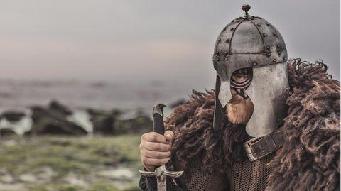 Ein Wikinger mit Schwert und Helm