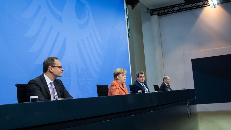 Bundeskanzlerin Merkel (CDU) und Ministerpräsidenten bei einer Pressekonferenz