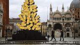 Venedig: Acqua alta im Advent  Hochwasser am Markusplatz mit der Weihnachtsbauminstallation des Künstlers Fabrizio Plessi.