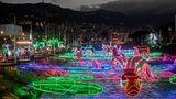 Medellin: Lichterfluss  Eine andere Art der weihnachtlichen Dekoration: Nicht über den Straßen, sondern über den Medellin River sind in der kolumbianischen Metropole die Lichter gespannt.