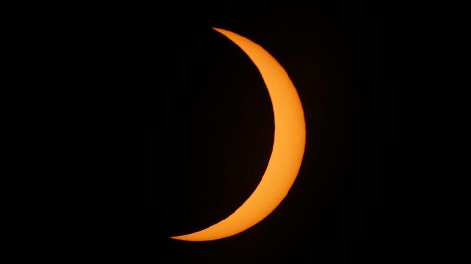 Argentinien, Piedra Del Aguila: Blick auf die Sonnenfinsternis, die den Himmel über Südamerika verdunkelt