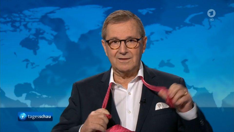 """Zum Abschied legte """"Tagesschau""""-Chefsprecher Jan Hofer seine Krawatte ab"""
