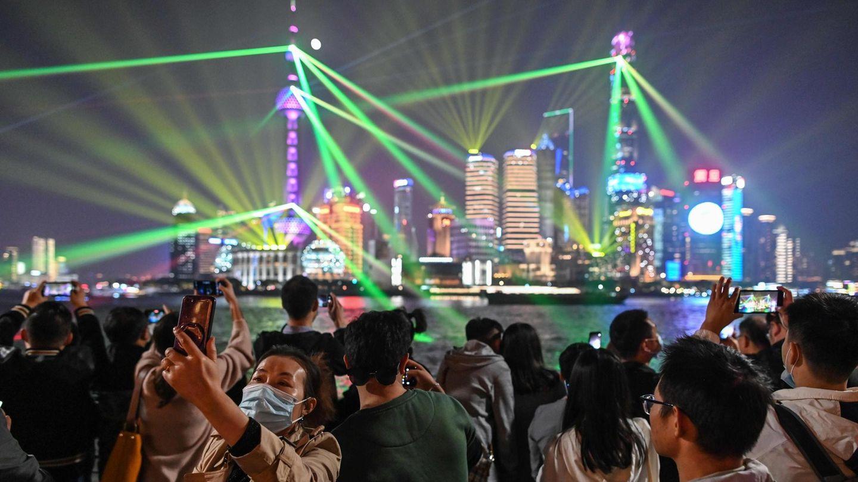 Lichtershow an Uferpromenade am Huangpu-Fluss, im Hintergrund Skyline