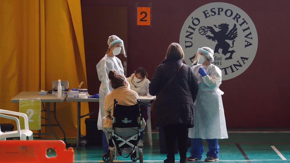 Eine Krankenschwester auf Mallorca testet eine Dorfbewohnerin auf Covid-19