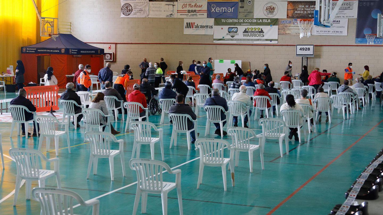 Menschen warten in einer Sporthalle inLloseta auf Mallorca darauf, auf Covid-19 getestet zu werden. Die Regierung der Balearen führt nach der Zunahme der Infektionen mit dem Coronavirus massive Tests an der Bevölkerung durch.