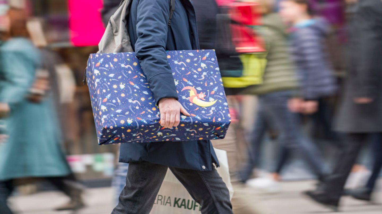 Eine Person trägt ein Weihnachtsgeschenk
