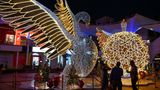 Mumbai: Ein Schwan breitet seiner Flügel aus  Nicht allzu streng weihnachtlich von den Motiven her geht es in dieser Shopping Mall in Indien zu.