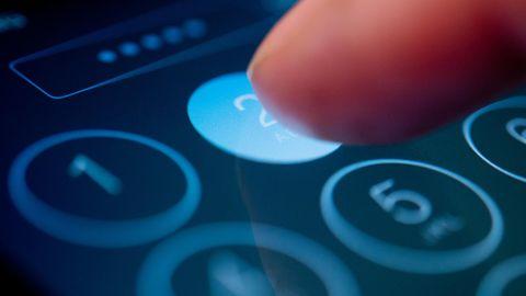 iPhone pin ändern: Finger tippt auf das Display eines Smartphones