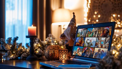 Laptop in Weihnachtsdeko