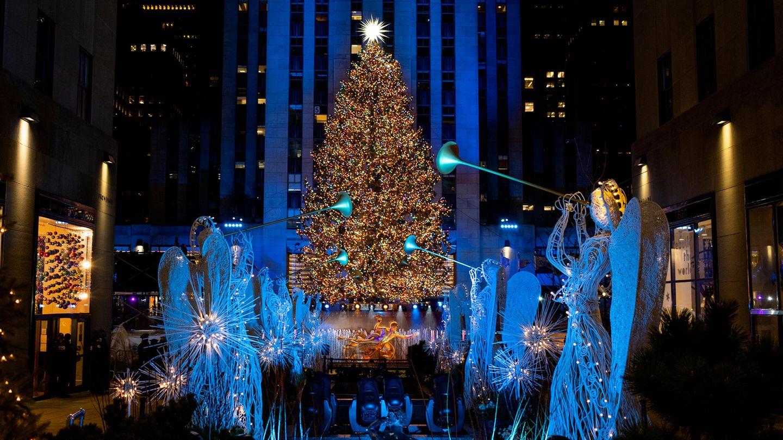 Mehr als 50.000 Lichter wurden am Weihnachtsbaum vor dem Rockefeller Center angezündet. Aufgrund der Corona-Beschränkungen fand das Spektakelin diesem Jahr allerdings ohne Zuschauer vor Ort und nur als reine TV-Übertragung statt.