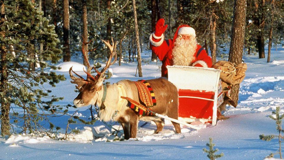 der Weihnachtsmann mit seinem Rentierschlitten
