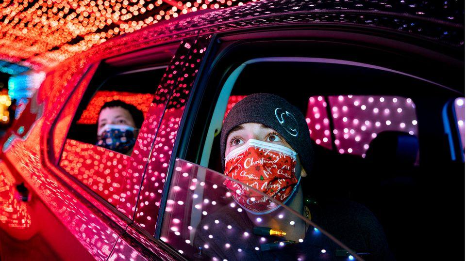 Staunende Kindergesichter beim Drive-Through-Erlebnis: Christmas Night of Lights auf dem Gelände der OC Fairgrounds in Costa Mesa, Kalifornien.