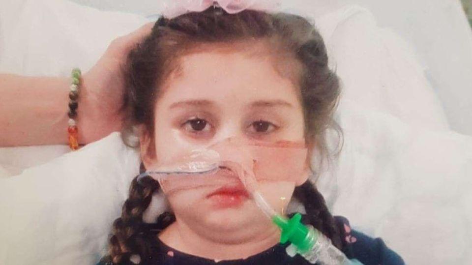 Pippa Knight, britische Fünfjährige, mit Beatmungsschlauch in der Nase