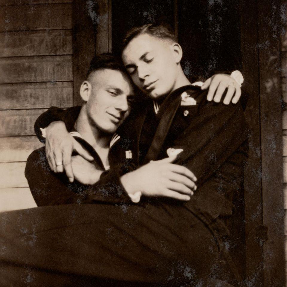 """Die Blicke verraten es: Diese beiden Männer sind mehr als Freunde. DasFoto von 1919 hält einen Moment des Glücks und der Verbundenheit fest. Zusammengetragen wurden die Fotografien in """"Loving"""" vom Ehepaar Hugh Nini und Neal Treadwell. Über 20 Jahre trugen sie 2800 Fotografien von schwulen Männernaus aller Welt zusammen."""