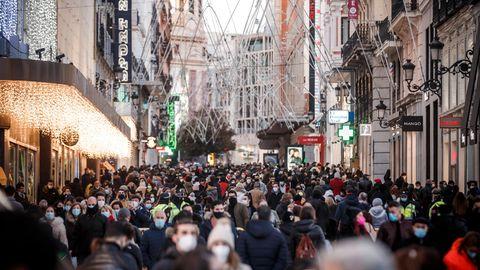 Gefüllte Fußgängerzone in Madrid Anfang Dezember