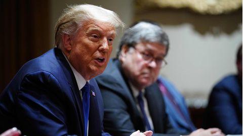 US-Präsident Donald Trump. Im Hintergrund: Justizminister William Barr, der seinen Rücktritt angekündigt hat.