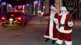 Drive-thru in Las Vegas  Mrs. Claus and Santa Claus begrüßen Autofahrer, die sich eine weihnachtliche Lichter-Show im Las Vegas Motor Speedway ansehen.