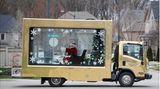 Vaughan: Santa hinter Glas in Kanada  Auf Kurzbesuch in einer Wohngegend im kanadischen Bundesstaat Ontario: Der Weihnachtsmann sitzt auf der verglasten Ladefläche eines Lastwagens. Die Aktion wurde von einem Einkaufszentrum initiiert, nachdem persönliche Treffen mit Weihnachtsmann aufgrund der Pandemie abgesagt wurden.