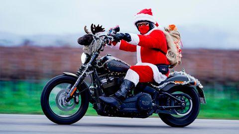 """Landau: Auf der Harley-Davidson für ein guten Zweck  In diesem Jahr nicht als Kolonne: Patrick Kuntz, Gründer der Initiative """"Harley-Davidson Riding Santas"""", fährt als Weihnachtsmann verkleidet auf seinem Motorrad. Die Biker sind seit 2015 jedes Jahr am Nikolaustag in der Südpfalz unterwegs, um Spenden für ein Kinderhospiz zu sammeln."""