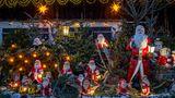 Straupitz: Ein Weihnachtsgarten im Spreewald  Wohin der Blick auch fällt - überall stehen, liegen, klettern und sitzen Weihnachts- sowie Schneemänner in allen Größen und Materialien. Gisela Liebsch und Gerd Mörl putzen ihren Garten schon seit 20 Jahren für die Adventszeit besonders heraus.
