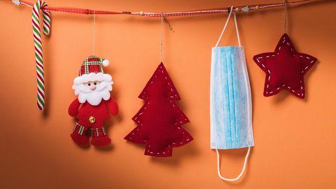 Corona Lockdown: Weihnachtsdekoration und eine medizinische Maske