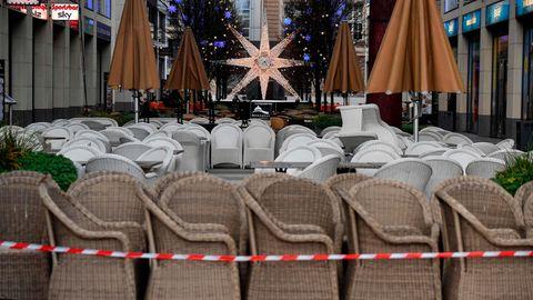 Eingepackte Sitze eines Cafés in Berlin