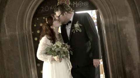 Miriam und ihr Mann küssen sich