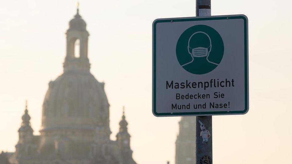 Maskenpflicht-Hinweis mit Dresdner Frauenkirche im Hintergrund