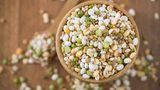 Hülsenfrüchte und Nüsse  Bohnen geben unter den proteinreichen Lebensmitteln den Ton an. Je nach Art können die Eiweißgehalte schwanken. Besonders viel Protein enthalten etwa Lupine. Sie gelten mittlerweile als echtes Superfood und bringen für den Körper wichtige Aminosäuren mit sich. Darüber hinaus sind Bohnen voller gesunder Ballaststoffe, die sich positiv auf die Verdauung auswirken.  Auch Erbsen sind wunderbare Protein-Lieferanten. Sie eignen sich besonders für den Muskelaufbau und sind damit die ideale Eiweißquelle nach dem Training. Außerdem enthalten sie viele gesunde Kohlenhydrate, Ballaststoffe, Mineralien und Spurenelemente.