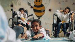 Syrien:Im Dorf Aljiina in der Nähe der syrischen Stadt Aleppo hat der Karate-Lehrer Wasim Satot eine Schule für Kinder eröffnet. Das Besondere an ihr: Hier werden Mädchen und Jungen mit und ohne Behinderung gemeinsam unterrichtet. Ihr Alter: zwischen sechs und 15 Jahre. Das Ziel ist es, ein Gemeinschaftsgefühl zu wecken. Und etwaige Kriegserfahrungen – Aleppo war hart umkämpft – in den Köpfen der Kinder zu überwinden. Der syrische Fotograf Anas Alkharboutli hat dokumentiert, wie sehr der Plan des Karate-Lehrers aufzugehen scheint, Kinder fröhlich, stark und selbstbewusst zu machen; ihre Widerstandskraft zu fördern und ihnen unbeschwerte Stunden zu schenken.  Anas Alkharboutli, Jahrgang 1992, studierte Ingenieurwissenschaft an der Universität von Damaskus und begann seine Karriere als Fotojournalist 2015; vor allem mit Bild- und Video-Reportagen aus seinem umkämpften Heimatland.