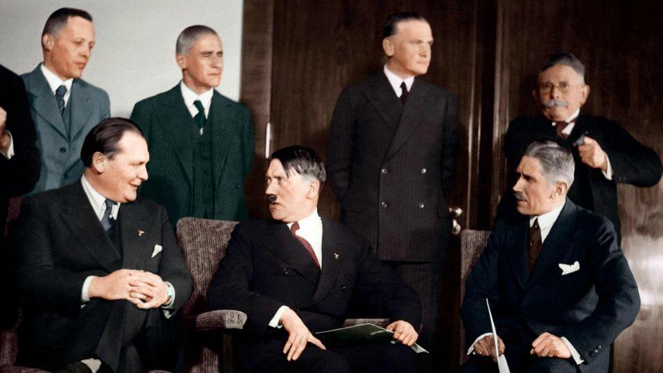 """Das """"Kabinett der Nationalen Konzentration"""", (v. l. n. r.): Franz Seldte, Günter Gereke, Johann Ludwig Schwerin von Krosigk, Wilhelm Frick, Werner von Blomberg, Alfred Hugenberg; sitzend: Hermann Göring, Adolf Hitler und Franz von Papen"""