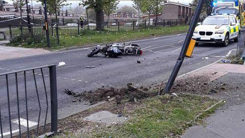 Dieses Foto von der Unfallstelle veröffentlichte die Polizei. Einer der beiden Diebe prallte gegen den Laternenpfahl und starb