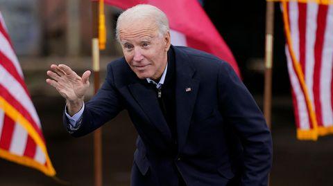 Joe Biden schaut suchend und winkt
