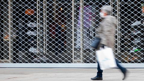 Lockdown Deutschland Coronavirus: Eine Frau geht an einem geschlossenen Geschäft vorbei