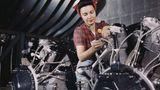 Sie montiert Motoren für die North American Aviation Inc.