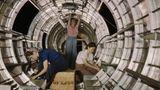 Die drei Frauen montieren den Rumpf einer schwerbewaffneten B-17.