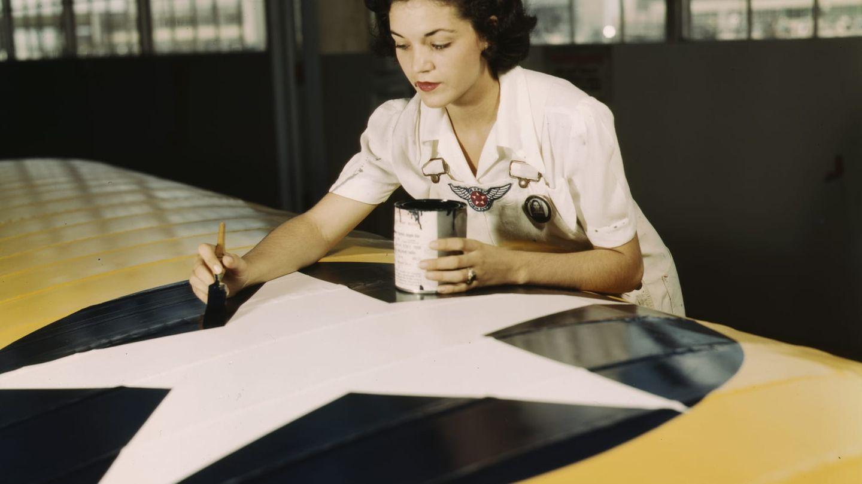 Irma Lee McElroy pinselt die Hoheitsabzeichen der USA auf einen Flügel.