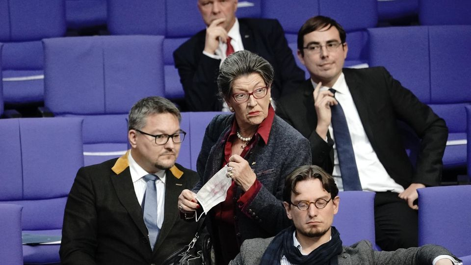 AfD-Abgeordnete Franziska Gminder kommt ohne Maske in den Plenarsaal