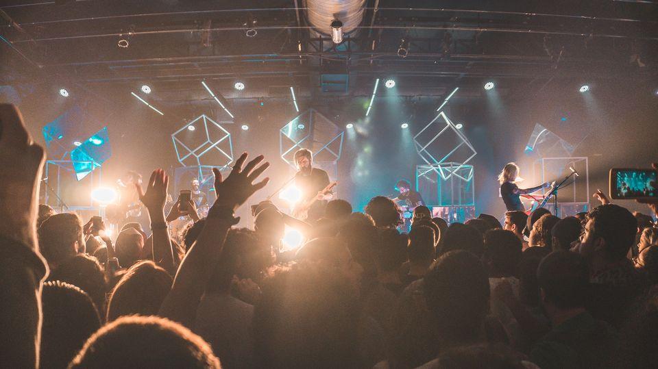 Ein Konzert in einem Club voller Fans
