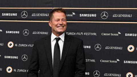Der Schauspieler Til Schweiger, lächelnd auf dem Roten Teppich