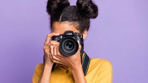 Eine Frau hält eine Kamera