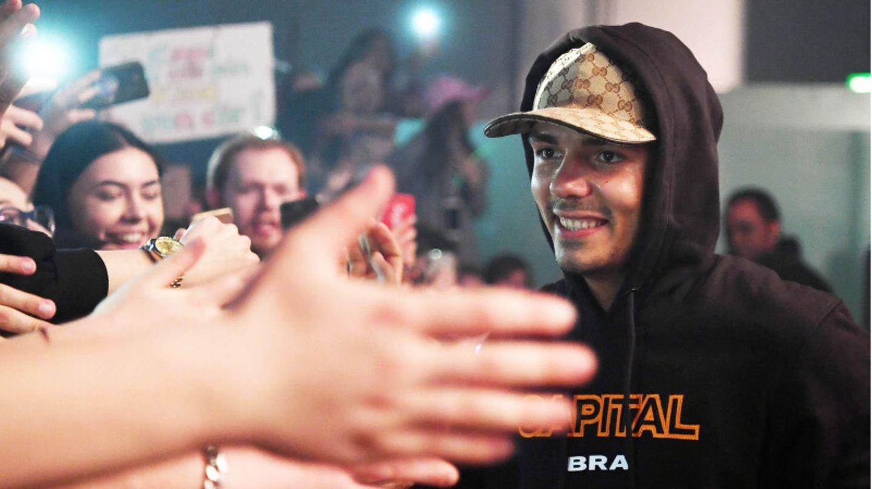 Rapper Capital Bra bei einem Konzert, umringt von Fans