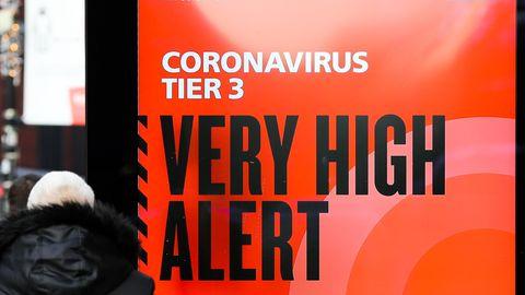 """Morgenlage: Plakat des britischen Gesundheitsdienstes NHS mit der Aufschrift """"Coronavirus Tier 3. Very high alert"""""""