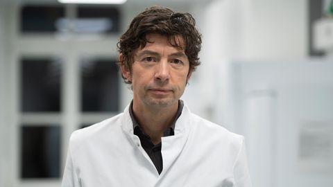Virologe Christian Drosten, Direktor des Instituts für Virologie an der Charité, steht auf einem Flur des Instituts