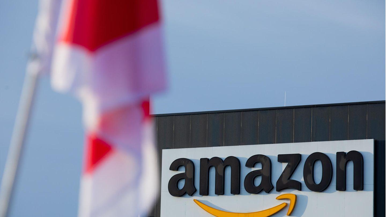 Eine Fahne der Dienstleisungsgewerkschaft Verdi hängt vor einem Amazon-Standort