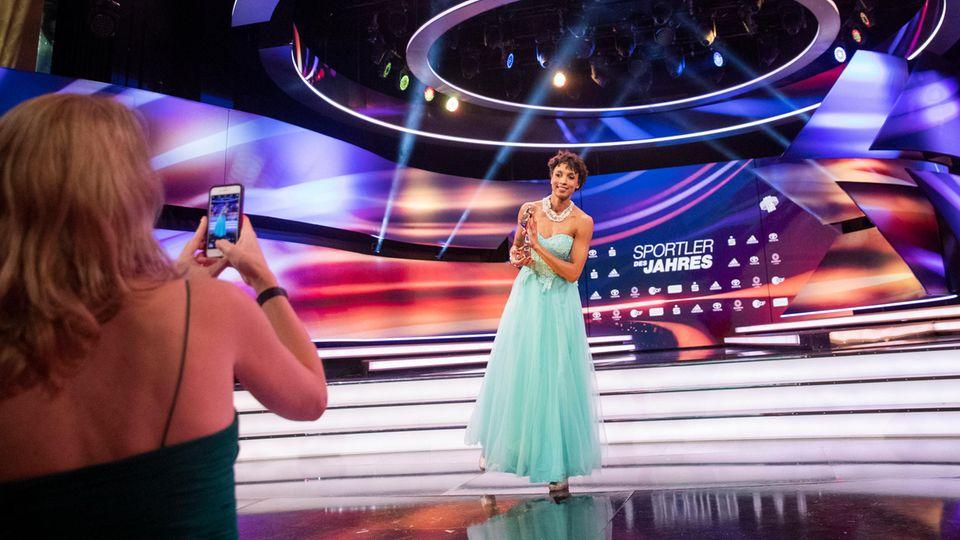 """""""Sportler des Jahres"""" 2020: Malaika Mihambo mit dem Preis im Kurhaus Baden-Baden"""